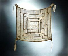 서울 종로구 운니동에 소재한 운현궁내 기획전시실에서는 서울시가 주최하고 한국의 장 주관으로 2011년 5월 2일 부터 5월 22일까지 쌈지사랑 규방공예 연구소 회원들의 다시 태어난 유물 조각보展 (Artifacts born again! Wrapping cloth exhibition)이 열리고 있다.                   이번 전시는 전통보자기 총 30여점으로 옛 여인들의 섬세한 구성과 디자인에 21세기 감각이 더해져 새롭게 재탄생한 작품들을 통해 옛 선인들의 근검절약 정신과 ... Japanese Textiles, Korean Traditional, Hand Sewing, Curtains, Embroidery, Knitting, Fabric, Scrappy Quilts, Tejido