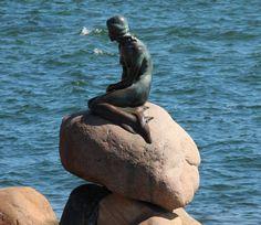 La Sirenita de Copenhague. Uno de los monumentos más famosos de Dinamarca y con cientos de visitas diarios todo el año. Su autor es Edvard Eriksen. goo.gl/pL6gOM