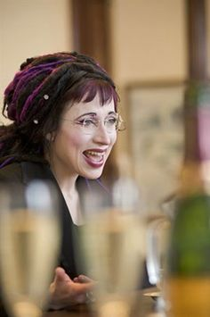 Sofi Oksanen schlüpft nächste Woche in die Rolle einer finnischen Botschafterin und wird mit ihrer Rede die Frankfurter Buchmesse (8.-12. 10.) eröffnen. Writer, Dreadlocks, Hair Styles, Beautiful, Beauty, Writers, Literatura, Finland, Norway