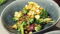 Asiatischer Brokkolisalat mit Pastinaken-Croutons in einer Schüssel