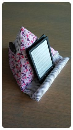 Best 12 Just Made by Mie: Tablet/boekenpoef in 't Nederlands… Sewing Basics, Sewing Hacks, Sewing Tutorials, Sewing Crafts, Sewing Projects, Sewing Patterns, Diy Ipad Stand, Tablet Stand, Ipad Holder