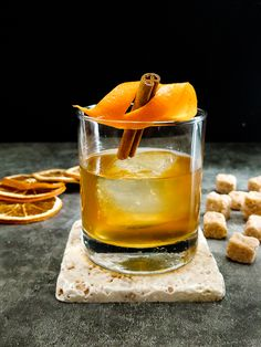 Smoked Old Fashioned - Smoke and Spice Quarantine Cocktail - Cocktail Contessa Bourbon Cocktails, Cocktail Drinks, Whisky, Easy Shot Recipes, Bitters Recipe, Easy Shots, Vodka Shots, Alcohol Recipes, Calories