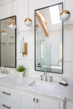 Modern Farmhouse Style Bathroom Design with White Double Vanity, Black Framed Mirror, Brass Light Fixtures, Brass Sconces, Textured Walls. Modern Farmhouse Bathroom, Wood Bathroom, Bathroom Faucets, Large Bathrooms, Small Bathroom, Master Bathroom, White Double Vanity, Bathroom Trends, Bathroom Styling