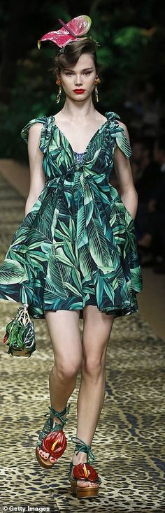 Bold and bright at Dolce & Gabbana (also check out the shoes!)... 2000s Fashion, Retro Fashion, Vintage Fashion, Fashion Hacks, French Fashion, High Fashion, Fashion Ideas, Fashion Inspiration, Winter Fashion