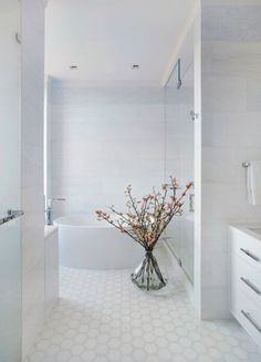 Natural light, clean lines, primarily white. If you love these motifs in your own bathroom, then you will absolutely love the Central Park West project by Amie Weitzman. This amazing bathroom takes those concepts and boosts them to eleven, with a splash of more natural elements.