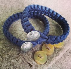 Paracord bracelet with army button in metal.