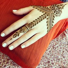 Beautiful Mehndi Design - Browse thousand of beautiful mehndi desings for your hands and feet. Here you will be find best mehndi design for every place and occastion. Quickly save your favorite Mehendi design images and pictures on the HappyShappy app. Unique Mehndi Designs, Henna Designs Easy, Beautiful Mehndi Design, Arabic Mehndi Designs, Latest Mehndi Designs, Mehndi Designs For Hands, Henna Tattoo Designs, Mehandi Designs, Mehndi Images