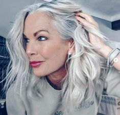 3 Ways to Wear Gray Hair Over 40 gray hair 3 Ways to Wear Gray Hair Over - Weißes Haar Grey Hair Over 50, Long White Hair, Grey White Hair, Long Silver Hair, Grey Wig, Curly Hair Styles, Natural Hair Styles, Grey Hair Natural, Gray Hair Growing Out