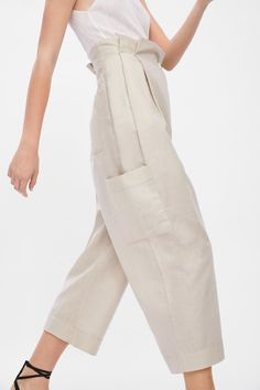 Crossed cargo pants - Another! Fashion Pants, Fashion Outfits, Womens Fashion, Fashion Trends, Trousers Women, Pants For Women, Pantalon Cargo, Online Zara, Cooler Look