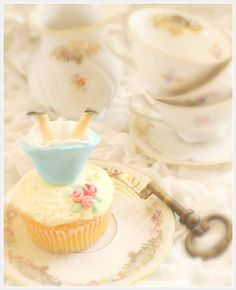 Party Printables   Party Ideas   Party Planning   Party Crafts   Party Recipes   BLOG Bird's Party: Cake it Pretty: TUTORIAL - Alice in Wonderland Edible Cupcake Toppers