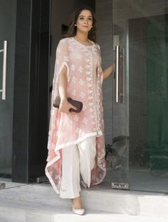 This summer season try the trendy Cape Kurtis. Kn Dg ow the various Cape Style Kurti Designs and patterns that are perfect for any casual occasion. Mode Abaya, Mode Hijab, Pakistani Outfits, Indian Outfits, Latest Pakistani Fashion, Indian Fashion Trends, Fashion Ideas, Stylish Dresses, Fashion Dresses
