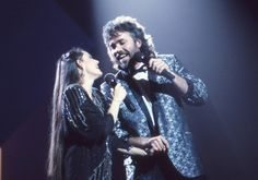 "Crystal Gayle and Gary Morris perform together during ""The 19th Annual CMA Awards"" (10/14/1985)."