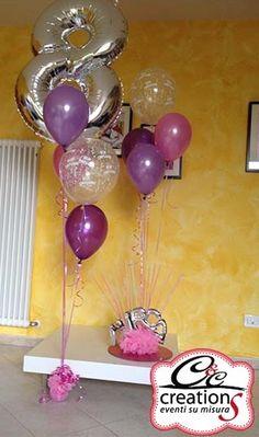 Palloncini per compleanno a Bologna, alzata con numerale 8 e palloncini in lattice metallizzato. Centrotavola porta gadget con palloncini e collane fluo da sfilare per indossarle a fine festa.