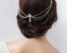 Dies ist ein Silber, Kristall-Oberteil mit zarten Vorhänge Silber vergoldet Kette. Perfekt für einen Bohemian Look mit Haar fließt nach unten getragen, oder wenn Sie Ihr Haar, style, gibt es einen schönen Vintage Hochzeit aussehen.  Er ist verbunden mit kleine Kämme, die unter den Diamantförmiges Motive versteckt sind, und es gibt wenig Schleifen als auch für die Umsetzung von Haarnadeln durch für extra Halt. Es ist sehr leicht und zart.  Schön für eine Braut, aber auch ideal für…