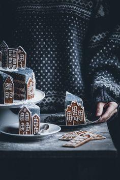 Gingerbread Village Cake – Call Me Cupcake - Christmas Desserts Cupcake Christmas, Noel Christmas, Christmas Desserts, Christmas Cookies, Christmas Recipes, Christmas Decor, Xmas, Gingerbread Village, Gingerbread Cake