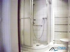 Innenliegendes Bad mit Dusche.