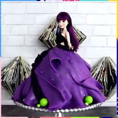 Amazing Disney Descendants Cake Is your little one a Disney fan, this can be the best surprise! Barbie Torte, Bolo Barbie, Barbie Cake, Cake Decorating Videos, Wilton Cake Decorating, Disney Desserts, Disney Cakes, Decendants Cake, Barbie Birthday Cake