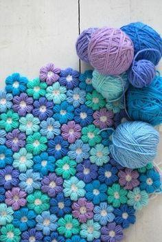 太い毛糸を使えばこんなにもこもこ&ポコポコした質感のマットが作れちゃう! 色のチョイスも絶妙ですね♪