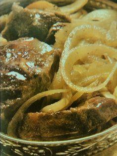 La tenerezza dell' agnello e il sapore agro delle cipolle con i bastoncini di cannella e lo zafferano. Il tajine di agnello e cipolle è uno dei piatti tipici del Marocco, la cottura lenta e in umido gli dona il caratteristico e inconfondibile sapore.