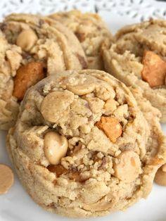 Butterfinger peanut butter cookies peanut butter cookies but Cookies Cupcake, Cupcakes, Galletas Cookies, Candy Cookies, Brownie Cookies, Cookie Desserts, Yummy Cookies, Chip Cookies, Just Desserts