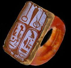 Carnelian ring in gold engraved with the names of Ramsés II (lower left) And his wife Néfertari (right below) 1279 to 1213 BC 19th Dynasty.