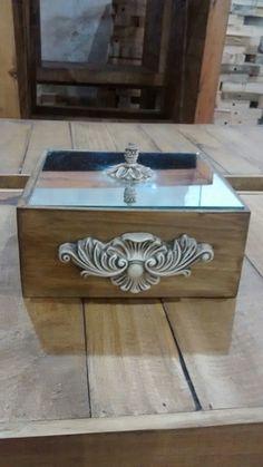 Linda caixa com tampa em espelho com pintura envelhecida e detalhes em resina.    Medidas: 15x15x8