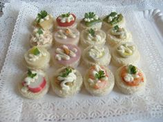 Cebiche empanaditas minichurrascos pastelitos canapes fiestas celebraciones Canapes, Mini Cupcakes, Sushi, Cheesecake, Baby Shower, Ethnic Recipes, Desserts, Food, Shower Ideas