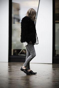 Rock 'n' Roll Style ✯ Elen Tomboy Inspiration, Rock And Roll Fashion, Minimal Fashion, Minimal Style, Shoes With Jeans, Grey Jeans, Back Home, Street Style Women, Autumn Fashion