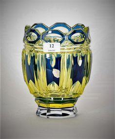 Val St Lambert - Vase 'Léonard de Vinci' cristal urane doublé bleu, soufflé et taille créé par Joseph Simon, répertoriée S388. H 22 cm. Catalogue Cristaux de Fantaisie planche 42 n° 3.