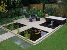 cascade et étang de jardin avec plantes aquatiques dans le jardin zen
