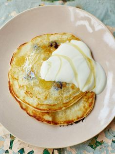 One-cup pancakes with blueberries // Jamie Oliver recipes Crepes, Breakfast Desayunos, Breakfast Recipes, Pancake Recipes, Breakfast Ideas, Fruit Recipes, Cooking Recipes, Healthy Recipes, Healthy Food