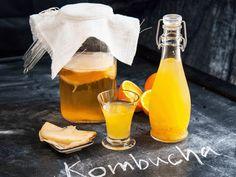 Den fermenterade hälsodrycken Kombucha är drycken på allas läppar. Vi hjälper dig att göra din egen Kombuchadryck. Tänk bara på att endast använda ekologis Kombucha, Kimchi, Paleo, Detox, Alcoholic Drinks, Health Fitness, Food And Drink, Pudding, Sweets