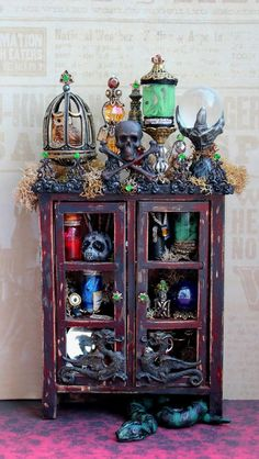 Dollhouse Miniature Harry Potter Death Eater Cabinet with Nagini Snake (Halloween) Haunted Dollhouse, Haunted Dolls, Dollhouse Miniatures, Dollhouse Ideas, Haunted Mansion, Halloween Zombie, Halloween Crafts, Steampunk Halloween, Cumpleaños Harry Potter