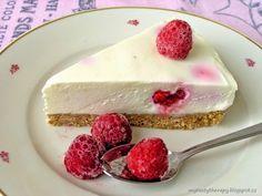 Nepečený cheesecake s bílou čokoládou a malinovým chia přelivem Mini Cheesecakes, Muffins, Deserts, Sweet, Cheese Cakes, Recipes, Dog, Candy, Cheesecakes