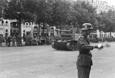 """1942, France, Paris, Défilé de la Wehrmacht sur les Champs-Élysées. Derrière, un Marder 2 (Sd.Kfz. 132) de la SS-Leibstandarte """"Adolf Hitler"""" 1/3"""