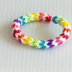 "I think I might need to ""borrow"" this Rainbow Quadfish Bracelet from my Little Miss. Or I could use the tutorial to make one myself! Rainbow Loom Bracelets Easy, Loom Band Bracelets, Rainbow Loom Tutorials, Rainbow Loom Charms, Rubber Band Bracelet, Loombands Tutorial, Loom Band Patterns, Fishtail Bracelet, Loom Love"
