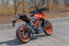 We take a look at the top five must-know facts about the 2017 KTM 390 Duke.
