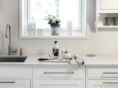 Silestone Lagoon passer like bra til ett klassisk kjøkken, som til et mer moderne og minimalistisk ett. #interiør #interiordesign #interiores #kjøkken #kitchen #kitchendesign #bespoke #silestone Silestone Lagoon, Double Vanity, Kitchens, Bathroom, Interiors, Natural Stones, Kitchen, Bathrooms, Double Sink Vanity