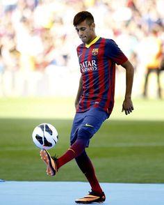 Neymar assina contrato e veste a camisa do Barcelona - http://revistaepoca.globo.com//Sociedade/fotos/2013/06/neymar-assina-contrato-e-veste-camisa-do-barcelona.html (Foto: Toni Albir/EFE)