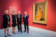 """La Reina Letizia, la ministra-presidenta de Renania del Norte-Westfalia, el alcalde de Düsseldorf y el director general de la pinacoteca, junto a """"Santa Casilda"""" de Zurbarán. Museum Kunstpalast. Düsseldorf, 09.10.2015"""