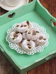 Direction la Tunisie avec cette fois-si une spécialité à base d'amande, Kaak el anber sont de délicieuses bouchées confectionnées jadis...
