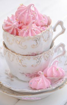 Pink Piccadilly Pastries: Pink Vanilla Meringues with Cotton Candy Whipped Cream Rosa Desserts, Pink Desserts, Cute Desserts, Meringue Pavlova, Homemade Frappuccino, Cotton Candy Flavoring, Afternoon Tea Recipes, Pink Foods, Valentines Food