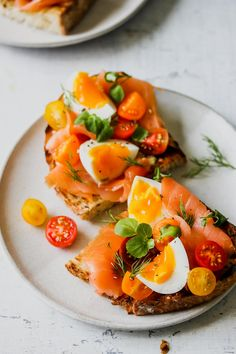 Smoked Salmon Niçoise Toast with lemon-caper aioli provides a twist on the classic French salad in a hearty, hand-held version. Enjoy this recipe as a hearty breakfast, lunch, or as part of an appetizer spread. Brunch Recipes, Seafood Recipes, Breakfast Recipes, Cooking Recipes, Gourmet Breakfast, Breakfast Salad, Clean Eating Snacks, Healthy Snacks, Healthy Eating