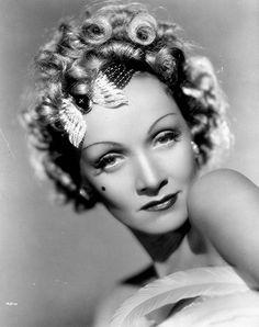 """Marie Magdalene """"Marlene"""" Dietrich (Berlín, 27 de diciembre de 1901 - París, 6 de mayo de 1992) fue una actriz y cantante alemana que adoptó la nacionalidad estadounidense. Es considerada como uno de los más evidentes mitos del séptimo Arte, y también como la novena mejor estrella femenina de todos los tiempos según el American Film Institute."""