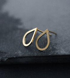 Drop ørestikker – Guld – Elegante forgyldte Drop øreringe, med skarpskårne kanter for et funky præg. De perfekte ørestikker til hverdagsbrug.  Håndlavet i Paris for Stjernefund