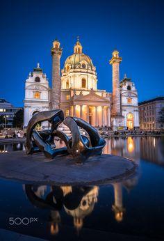 "Karlskirche in Wien mit ""Hill Arches"" von Henry Moore. Monuments, Henry Moore, Kirchen, Vienna, Baroque, Switzerland, Taj Mahal, Reflection, Cities"