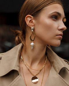 Las perlas se han considerado durante mucho tiempo como una piedra para las mujeres maduras. Por lo tanto, hay mujeres que les da miedo usar las joyas con perlas. Y decimos: ¡en vano! Solo mira las ideas modernas. ¡Estas joyas no añaden años adicionales y se ven muy elegantes Ear Jewelry, Cute Jewelry, Jewelry Gifts, Jewelery, Jewelry Accessories, Topaz Jewelry, Gold Hoop Earrings, Heart Earrings, Statement Earrings
