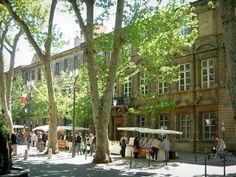 Aix-en-Provence: Street (Cours Mirabeau) met zijn platanen, haar prachtige gebouwen en een markt van de lokale - France-Voyage.com