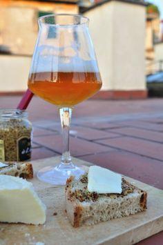 per un #aperitivo goloso, pane casereccio, #senape #maille e #ricottina stagionata al ginepro! tutto accompagnato da una buona birra artigianale! :)
