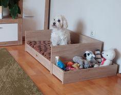 Fekhely és játéktároló összhang. A jól kiválasztott bútorlappal szín harmónia teremthető a nappali bútórával , így a szoba dísze is lehet kutyánk lakrésze.